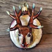 ♥️ www.miju-julepynt.dk 🌲  En smuk kronhjort, til den stolte jæger. 🦌  #jul #jul2020 #christmas #christmas2020 #glaspynt #håndlavet #håndmalet #kunst #dyr #kronhjort #skov #juletræ #chridtmastree #kunsthåndværk #eventyr #julegaver #present #xmas #minjul #danskjul #pynt #denmark #dekoration #juleaften #tradition #følgmig #miju-julepynt