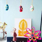 """🌱""""MIJU"""" FORÅRS- & PÅSKEPYNT 🌱 ☀️🐣☀️🌱☀️🐣☀️🌱☀️🐣 ☀️🌱☀️🐣☀️ 🌱☀️🐣☀️ SMÅ SØDE TRÆÆG MED SNOR. Pynt med fine kulørte trææg. Kan bruges på mange måder. 🐣  Få mere inspiration på www.miju_julepynt.dk  Giv dine stuer nyt liv med farvestrålende pynt og blomster. Foråret er her nu. Jubiii!  #påskepynt #påskeæg #påskeæg🐣 #påskejagt #påske #pynt #bordpynt #julepynt #naturpynt #traditions #forår #kunst #håndlavet #håndværk #håndmalet #miju_julepynt"""